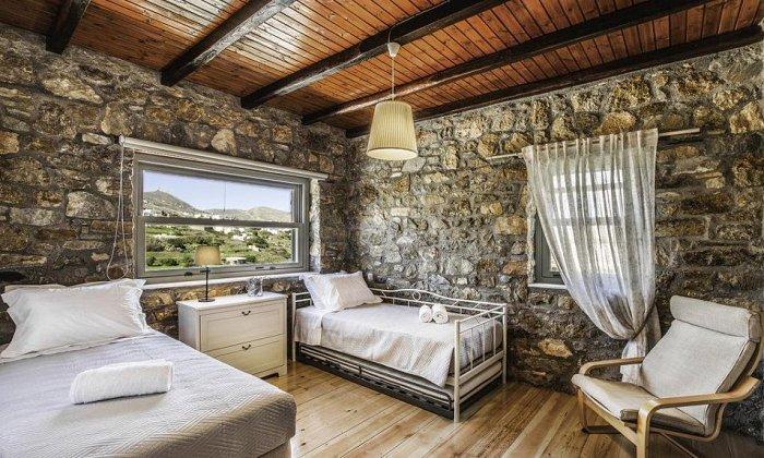 απο 50€ ανα διανυκτερευση Room Only για 2 ενηλικες (και 1 παιδι εως 2 ετων) Έως 24/05 και απο 18/09 εως 31/10 στο Avrofilito Syros Houses