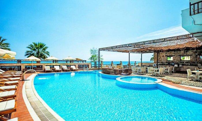 από 70€ ανά διανυκτέρευση με Ημιδιατροφή για 2 ενήλικες Έως 14/10 στο 4* Possidi Paradise Hotel