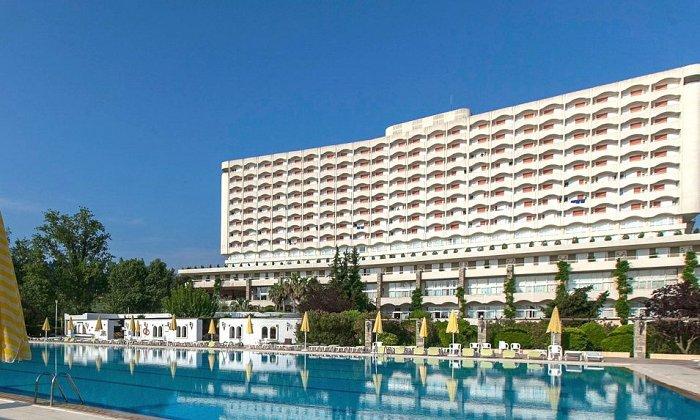 Προσφορά από 406€ για 3 διανυκτερεύσεις με Ημιδιατροφή ή ALL INCLUSIVE για 2 ενήλικες (και 1 παιδί έως 11 ετών) Ισχύει από 18/06 έως 28/06 και από 7/09 έως 12/09 στο 4* Athos Palace Hotel