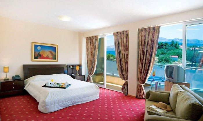 28η Οκτωβρίου από 45€ ανά διανυκτέρευση με πρωινό για 2 ενήλικες και 1 παιδί έως 3 ετών Ισχύει έως 31/10 και για 28η Οκτωβρίου στο Dolphin Resort Hotel & Conference