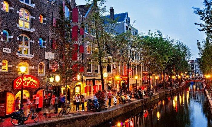 4 ημέρες αεροπορικώς από Αθήνα. Διαμονή σε ξενοδοχείο 4* με πρωινό. Μεταφορές και ξεναγήσεις σε Άμστερνταμ, Zaanse Schans, Βόλενταμ, Χάγη, Ντέλφτ, Ρότερνταμ.