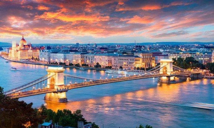 Χριστούγεννα 8 ημέρες οδικώς από Αθήνα. Διαμονή σε ξενοδοχεία 4* με πρωινό. Μεταφορές και ξεναγήσεις σε 3 χώρες: Βουδαπέστη, Βιέννη, Σάλτσμπουργκ, Δάση Mάγιερλινγκ, Μπάντεν, Νόβι Σαντ, Νις.