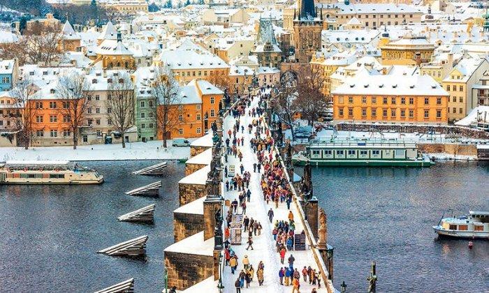 Χριστούγεννα 7 ημέρες αεροπορικώς από Αθήνα ή Θεσσαλονίκη. Διαμονή στην Πράγα και στο Βερολίνο σε ξενοδοχεία 4* με πρωινό και 3 γεύματα. Μεταφορές και ξεναγήσεις σε Πράγα, Καστρούπολη, ποταμό Μολδάβα, Κάρλοβι Βάρι, Δρέσδη, Πότσδαμ, Ανάκτορα Σαν Σουσί.