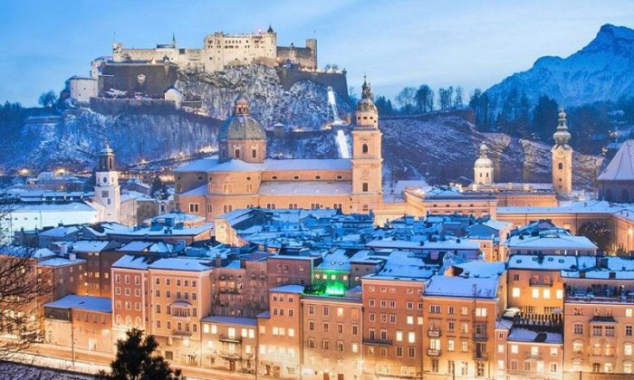 4, 5 ή 6 ημέρες αεροπορικώς από Αθήνα ή Θεσσαλονίκη. Διαμονή σε ξενοδοχείο 4* ή 5* της επιλογής σας με πρωινό. Μεταφορές και ξεναγήσεις σε κεντρικά αξιοθέατα της Βιέννης, Ανάκτορα Σενμπρούν, Χριστουγεννιάτικη αγορά, Σάλτσμπουργκ, Βιεννέζικα Δάση, Μπάντεν, Μάγιερλινγκ. εικόνα