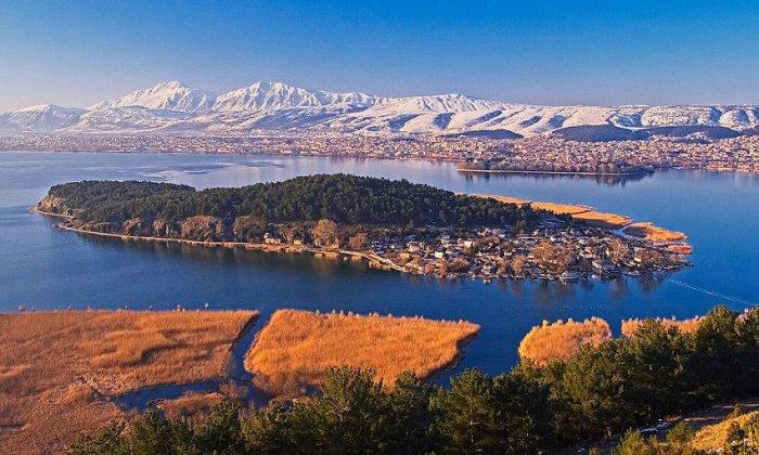 Χριστούγεννα και Πρωτοχρονιά 4 ή 5 ημέρες με πούλμαν & συνοδό από Αθήνα. Διαμονή στο 5* Epirus Palace στα Ιωάννινα με Ημιδιατροφή, Εορταστικά Ρεβεγιόν και Kid's Club. Επισκέψεις σε Μέτσοβο, Μονοδένδρι, Σπήλαιο Περάματος, Κόνιτσα, Χαράδρα Βίκου. Διατίθεται και ξεχωριστό πακέτο με μεταφορά με δικό σας Ι.Χ.