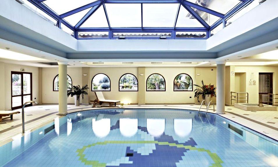 Διαμονή στην Ερέτρια στο 5* Negroponte Resort Eretria με 99€ ανά διανυκτέρευση με Ημιδιατροφή (πρωινό σε μπουφέ και δείπνο στο εστιατόριο Λεβάντε με θέα τον Ευβοικό κόλπο) σε Deluxe δίκλινο δωμάτιο με Θέα θάλασσα για 2 ενήλικες και 1 παιδί έως 6 ετών! Παρέχεται late check-out στις 18:00! Προσφέρονται Welcome drink, cocktail καλωσορίσματος στο μπαρ του ξενοδοχείου καθώς και Καλάθι φρούτα στο δωμάτιο! Δωρεάν επίσκεψη, ξενάγηση και γευστική δοκιμή 4 κρασιών στο βραβευμένο Οινοποιείο AVANTIS! Ελεύθερη χρήση των εγκαταστάσεων άθλησης και ψυχαγωγίας (πλήρως εξοπλισμένο Γυμναστήριο και γήπεδα Τένις, Μπάσκετ και Ποδοσφαίρου κατά τη διάρκεια της ημέρας)! Η προσφορά ισχύει για διαμονή έως 30 Απριλίου εικόνα